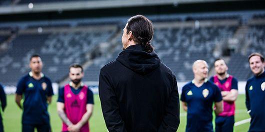 """""""Det här gänget förtjänar all respekt. Man måste förstå att det inte är lätt att få ihop ett tufft liv med fotbollen"""", säger Zlatan Ibrahimović  om Gatans Lag."""