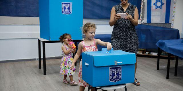 Bilder på folk som röstar. Sebastian Scheiner / TT NYHETSBYRÅN