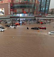 Översvämningar i staden Zhengzhou. TT NYHETSBYRÅN