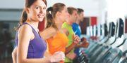 Kvinnor som tränar på sats. Arkivbild.