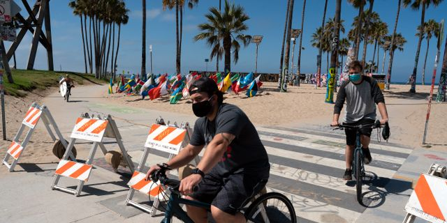 Människor med munskydd i Los Angeles Richard Vogel / TT NYHETSBYRÅN