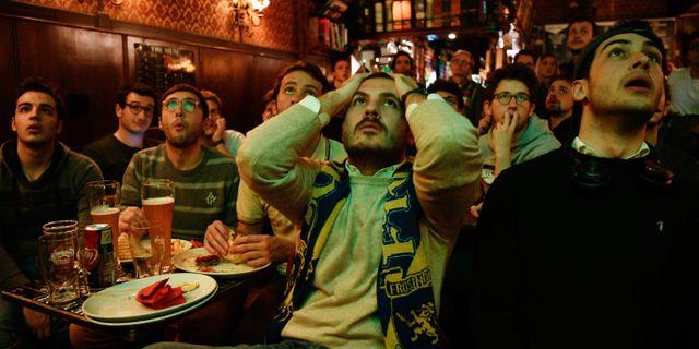 Italienare tittar på matchen i en bar i Milano.  PIERO CRUCIATTI / AFP
