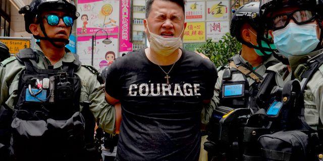 Demonstrant grips av polis i Hongkong. Vincent Yu / TT NYHETSBYRÅN