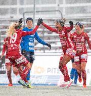 Piteås Madelen Janogy jublar med Astrid Larsson efter 1-0. Jens Ökvist/TT / TT NYHETSBYRÅN
