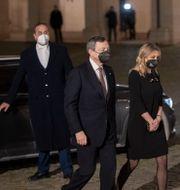 Mario Draghi på väg in till mötet med presidenten. Andrew Medichini / TT NYHETSBYRÅN