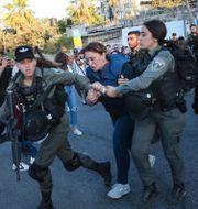 Under lördagen greps även al-Jazira journalisten Givara Budeiri när hon bevakade en demonstration i Sheikh Jarrah.  Oren Ziv / TT NYHETSBYRÅN