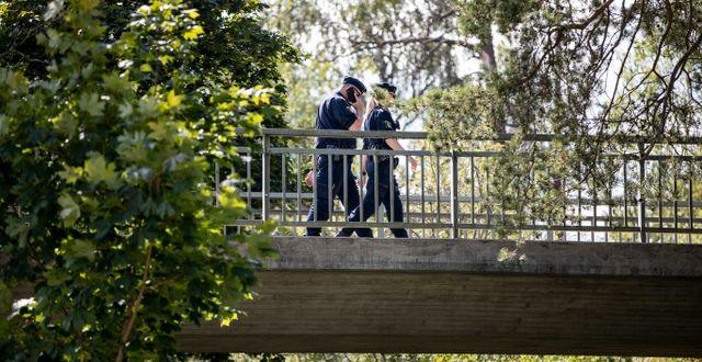 Poliser på gångbron i Flemingsberg där skottlossningen skedde. Christine Olsson/TT / TT NYHETSBYRÅN