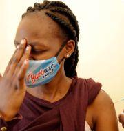 Kvinna i Kenya får vaccin genom Covax-programmet.  Brian Inganga / TT NYHETSBYRÅN
