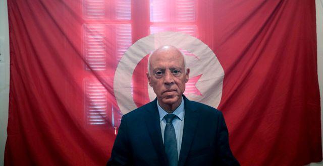 Kais Saied framför den tunisiska flaggan Mosa'ab Elshamy / TT NYHETSBYRÅN