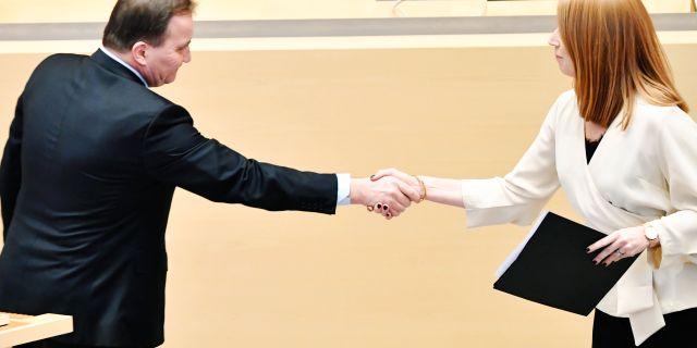Statsminister Stefan Löfven (S) skakar hand med Centerledaren Annie Lööf. Henrik Montgomery/TT / TT NYHETSBYRÅN