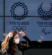 Person med munskydd i Tokyo.  ISSEI KATO / TT NYHETSBYRÅN