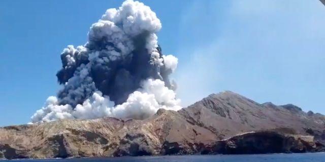 Rök syns stiga från vulkanen som fick ett utbrott på White Island. @ALLESSANDROKAUFFMANN / TT NYHETSBYRÅN