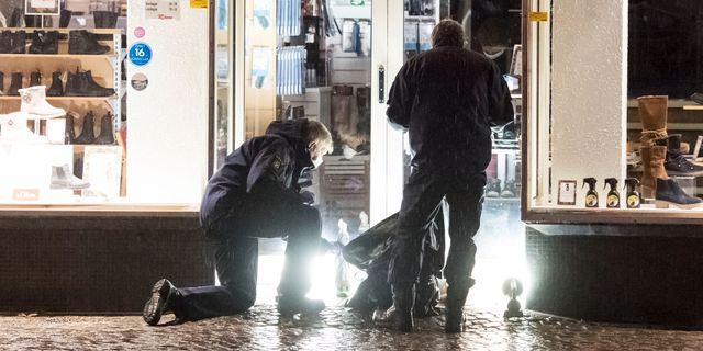 Polisens kriminaltekniker tar hand om föremål i en butiksentré ett stenkast från nattklubben i centrala Ängelholm Johan Nilsson/TT / TT NYHETSBYRÅN