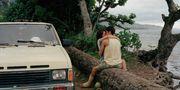 Fotografen Phil Jung har dokumenterat vardagslivet på ön Oahu på Hawaii och bland annat fångat ett hånglande par på bild. Phil Jung