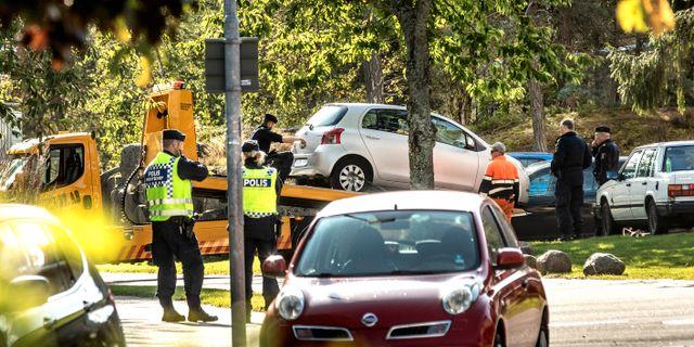 Bilen där granaten hittades transporteras bort. Joachim Nywall / Joachim Nywall