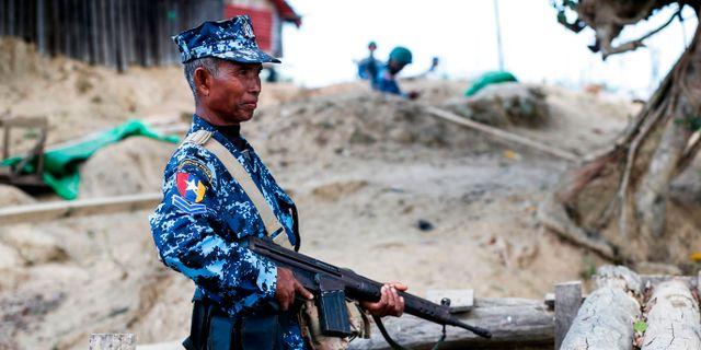 En gränspolis vid Buthidaung i Myanmar.  - / AFP