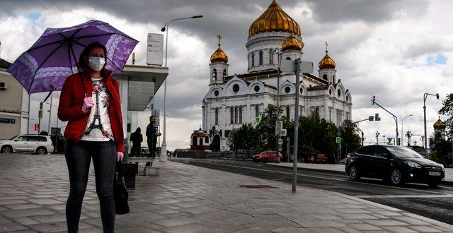 En kvinna med munskydd i Moskva. ALEXANDER NEMENOV / TT NYHETSBYRÅN