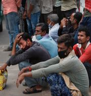 Migrantarbetare i New Delhi väntar på arbete på en bild från mars i år Manish Swarup / TT NYHETSBYRÅN