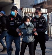 En HDP-anhängare grips av polis vid en tidigare demonstration i februari. Arkivbild. Emrah Gurel / TT NYHETSBYRÅN