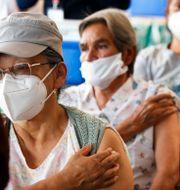 Kvinnor i Mexico City väntar på sin andra vaccindos.  Marco Ugarte / TT NYHETSBYRÅN