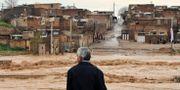 En man kollar på översvämningarna i staden Khorramabad. Erfan Keshvari / TT NYHETSBYRÅN/ NTB Scanpix