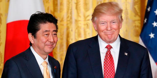 Abe och Trump vid ett möte tidigare i år. Pablo Martinez Monsivais / TT NYHETSBYRÅN
