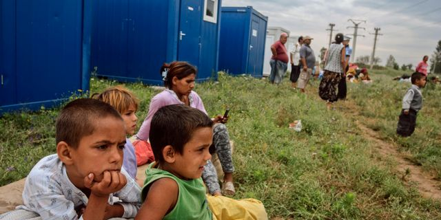 Barn från en romsk familj som har omplacerats i Rumänien.  Bogdan Chesaru / TT NYHETSBYRÅN/ NTB Scanpix