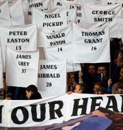 Arkivbild på hur Rangers-fans hedrar minnet av de döda i katastrofen 1971. JASON CAIRNDUFF / BILDBYRÅN