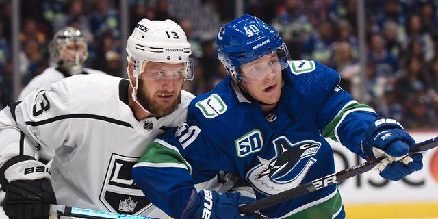 Los Angeles Kings forward Kyle Clifford och Vancouver Canucks forward Elias Pettersson.  ANNE-MARIE SORVIN / BILDBYRÅN