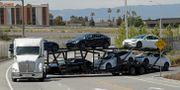 En lastbil med Teslabilar lämnar anläggningen i Fremont, Kalifornien, på måndagen.  Ben Margot / TT NYHETSBYRÅN
