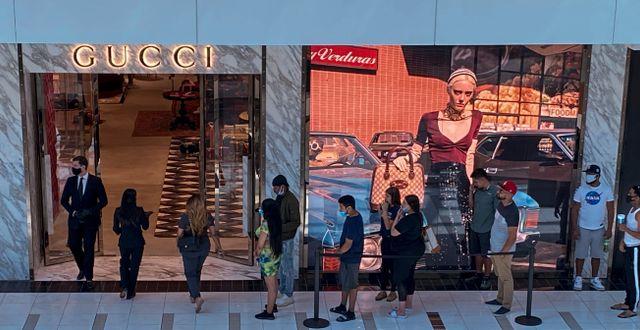 Arkivbild: Kö i väntan på att få gå in i en Guccibutik i Houston, Texas, i början av maj. ADREES LATIF / TT NYHETSBYRÅN