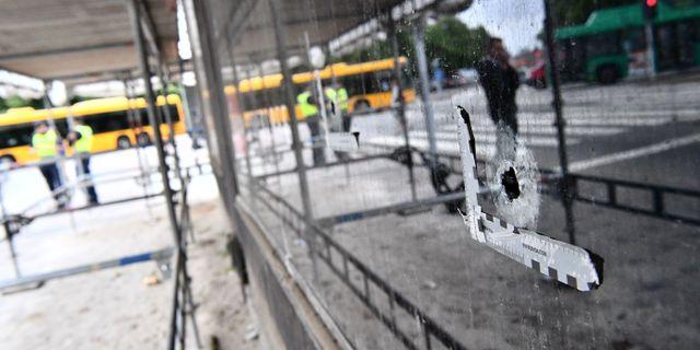 Kulhål i fönstret på Drottninggatan i Malmö dagen efter att sex personer skjutits på öppen gata i anslutning till ett internetcafé. Johan Nilsson/TT / TT NYHETSBYRÅN