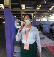 En valarbetare meddelar att vallokalen stänger på valdagen i staden Yangon/Rangoon Thein Zaw / TT NYHETSBYRÅN