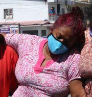 Människor på gatan i Guayaquil. Angel de Jesus / TT NYHETSBYRÅN
