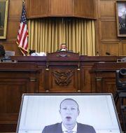 Facebooks vd Mark Zuckerberg är med via videolänk.  Graeme Jennings / TT NYHETSBYRÅN
