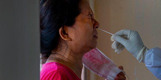 En kvinna i Gauhati, Indien, testas för covid-19. Indien beskrivs som ett av länderna med störst ökning av nya fall. Anupam Nath / TT NYHETSBYRÅN