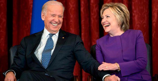 Joe Biden och Hillary Clinton. Arkivbild. BRENDAN SMIALOWSKI / TT NYHETSBYRÅN