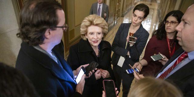 Senatorn Debbie Stabenow intervjuas efter utfrågningen. Samuel Corum / GETTY IMAGES NORTH AMERICA