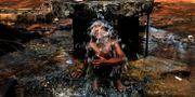 En pojke tar en svalkande dusch i en offentlig vattenkran i Bhubaneswar. Biswaranjan Rout / TT / NTB Scanpix