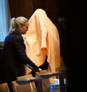 Arkivbild: Den misstänkte mannen under en gul filt i samband med häktningsförhandlingarna i mars 2019.  Fredrik Persson/TT / TT NYHETSBYRÅN