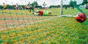 Barn spelar fotboll under en fotbollskupp.  Grøtt, Vegard Wivestad / TT NYHETSBYRÅN