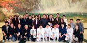 Kim Jong-Un poserar med några av artisterna. TT / NTB Scanpix