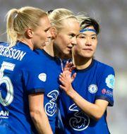 Pernille Harder (mitten) jublar efter målet.  LISI NIESNER / BILDBYRÅN