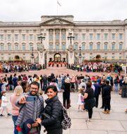 Människor utanför Buckingham Palace i London. Alberto Pezzali / TT NYHETSBYRÅN