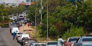 Bilister köar i Maracaibo i västra Venezuela på fredagen. ISAAC URRUTIA / TT NYHETSBYRÅN