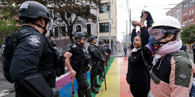 Demonstranter och poliser i Seattle i juni. Elaine Thompson / TT NYHETSBYRÅN