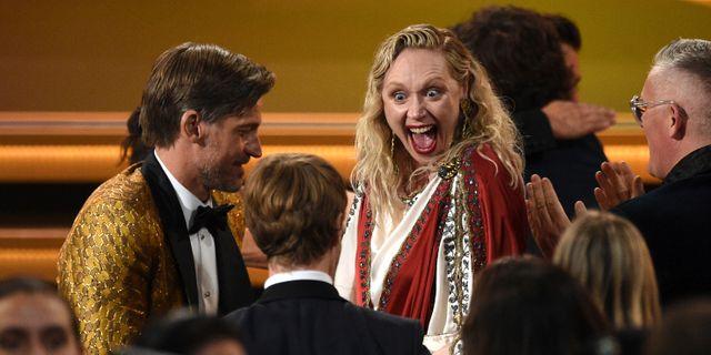 """Gwendoline Christie på väg upp på scen för att ta emot pris för """"Game of Thrones."""" Chris Pizzello / TT NYHETSBYRÅN"""