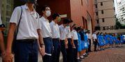Studenter vid St. Pauls college i Hong Kong håller varandras händer i protest. Vincent Yu / TT NYHETSBYRÅN