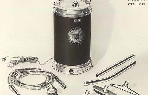 """Lux """"Modell I"""" började säljas 1912 och fick en flygande start. Det var den första dammsugaren som hade motor med turbin för effektivare luftström. Den var lättare och billigare än andra dammsugare, men vägde ändå 14 kilo.  Electrolux historiska arkiv hos Centrum för Näringslivshistoria."""