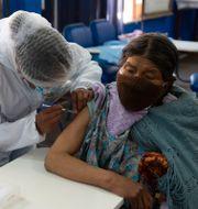 Kvinna får vaccin i La Paz, Bolivia. Juan Karita / TT NYHETSBYRÅN